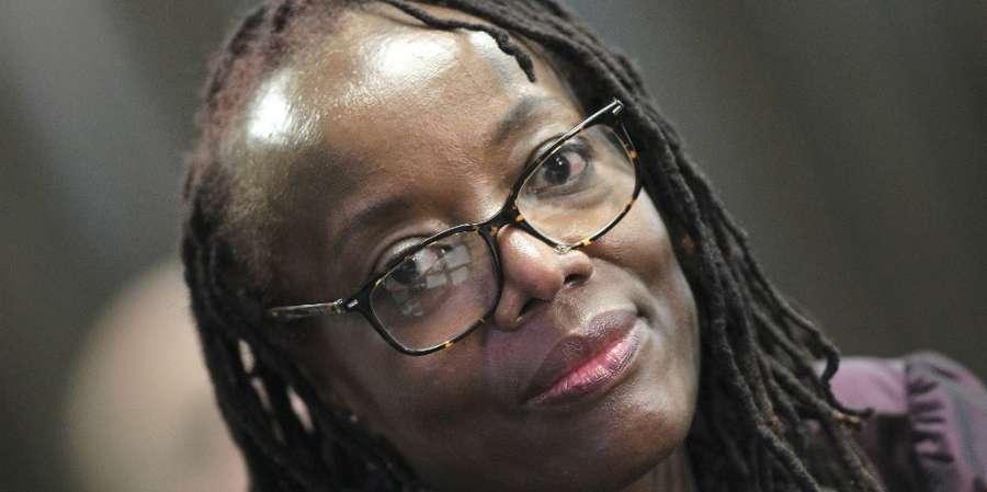 Συγγραφέας υποψήφια για το Booker δικάζεται για ένα πλακάτ
